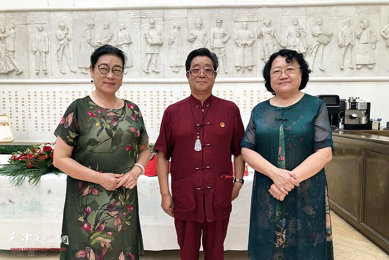 曲学真与刘正、王俊英在活动现场。
