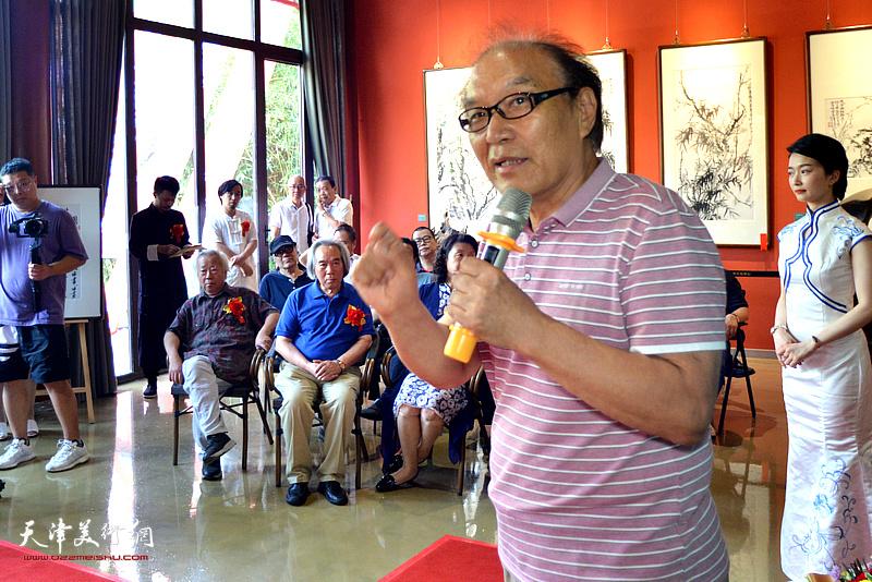 著名美术史论家、画家、天津美术学院何延喆教授致辞。