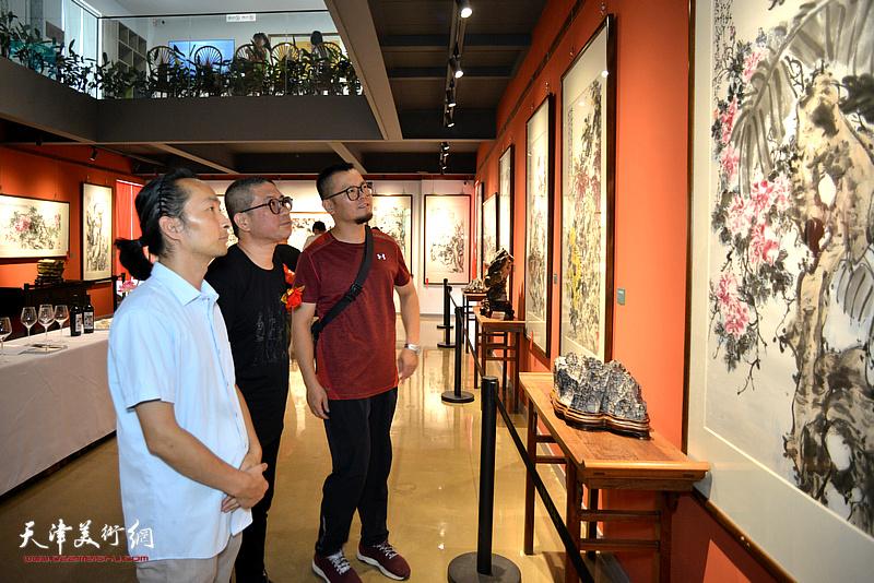 左起:安士胜、姜中立、王少桓观赏展出的作品。