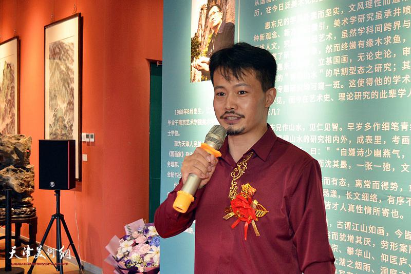 水香洲美术馆馆长张大玮主持画展开幕仪式。
