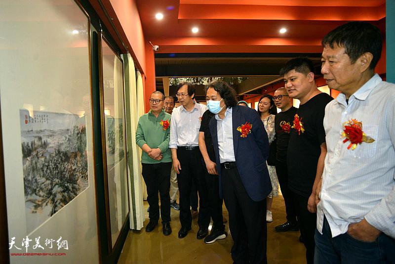 贾广健、刘文生、路洪明、谭乃麟、白光、姜立志观赏展出的作品。