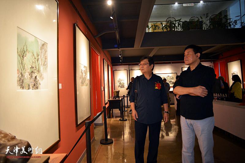 翟鸿涛、胡维宁观赏展出的作品。
