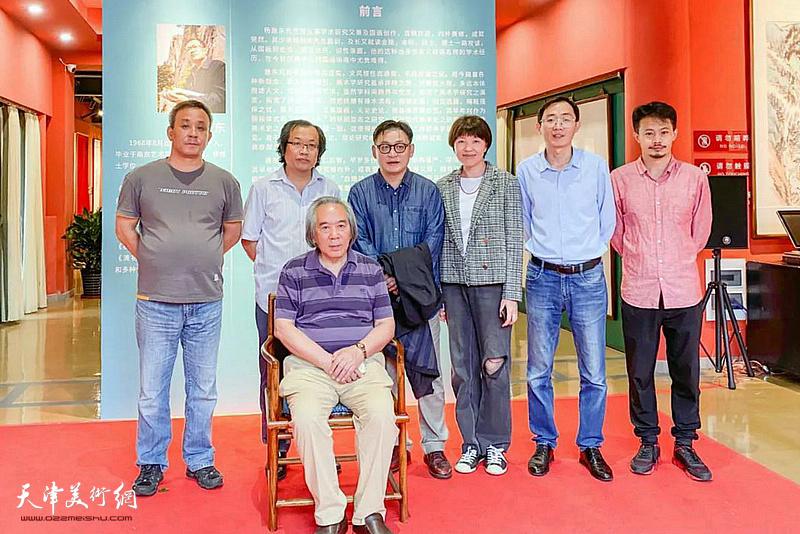 霍春阳、杨惠东、孙飞、董颖、李传凤、张大玮在画展现场。