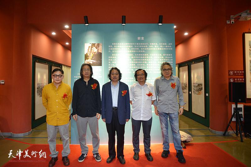 左起:孙飞、李毅峰、贾广健、杨惠东、李军在画展现场。