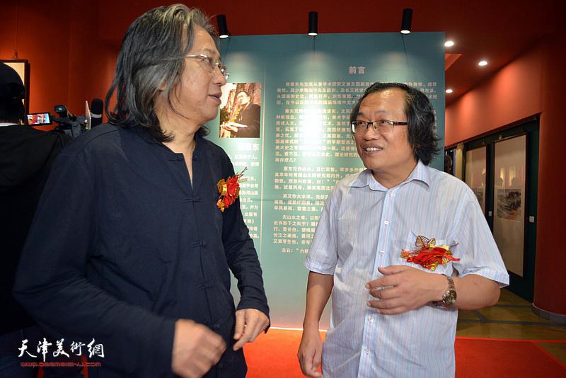 杨惠东与李毅峰在画展现场。