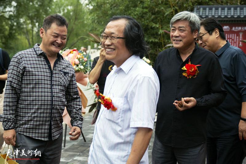 杨惠东与张运河、白鹏在水香洲文化艺术中心。