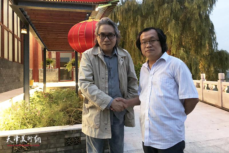 杨惠东与李军在水香洲文化艺术中心。
