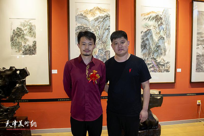 白光、张大玮在画展现场。