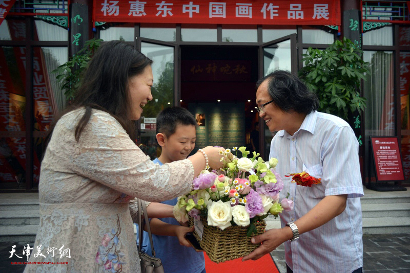 刘洪彩祝贺师兄杨惠东举办画展圆满成功。